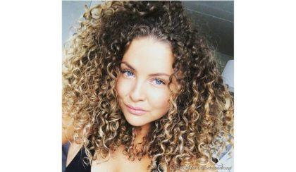 mechas loiras para cabelos afros cacheados