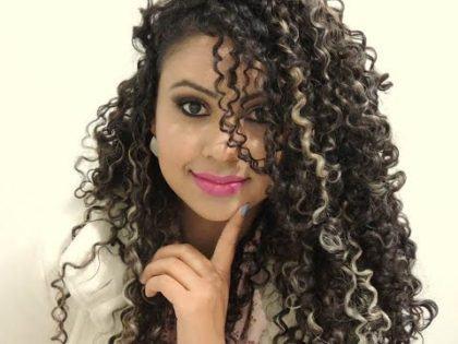 mechas loiras para cabelos cacheados escuros